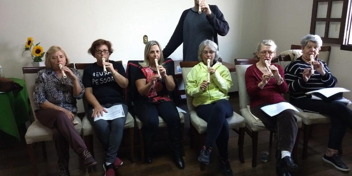 Secretaria da Pessoa Idosa oferece aula de instrumentos musicais