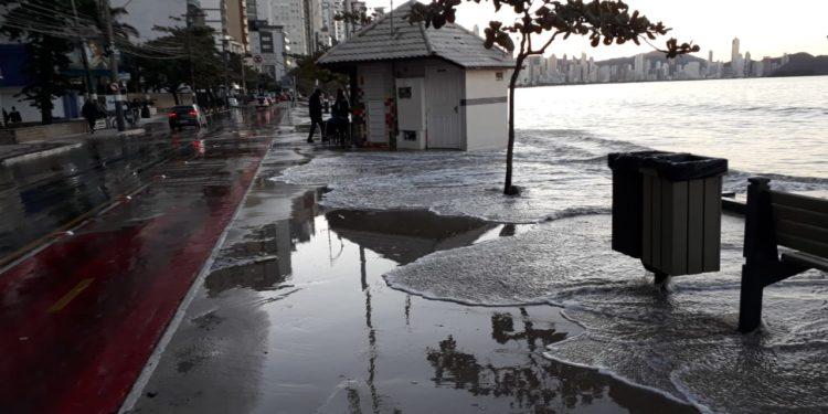 Confira imagens da maré alta deste sábado (06) em Balneário Camboriú