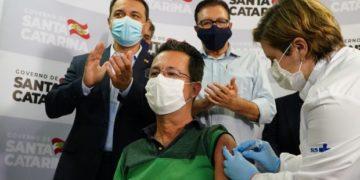 Enfermeiro Júlio César foi o primeiro a ser vacinado. Fotos: Ricardo Wolffenbuttel / Secom